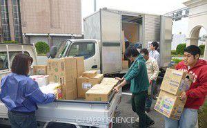 被災者の方々に救援物資を届けるため、仕分けし、 配送車に乗せ換えるボランティア2